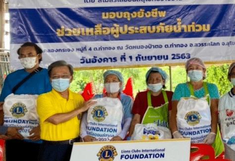 มอบถุงยังชีพช่วยเหลือผู้ประสบภัยน้ำท่วม